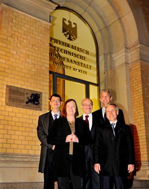 Standing nearby the EPS Historic Site plaque at the PTB entrance (from left to right): John Dudley (EPS), Johanna Stachel (DPG), Joachim Ullrich (PTB), Wolfgang Ketterle (MIT), and Hans Koch (PTB)