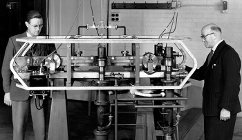Louis Essen and J.V.L. Parry standing next to the world's first caesium atomic clock, developed at NPL in 1955
