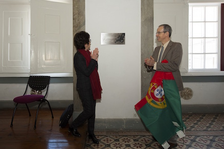 Luisa Cifarelli, representative of the EPS, and the Rector of the University of Coimbra, João Gabriel Silva, unveiling the plaque