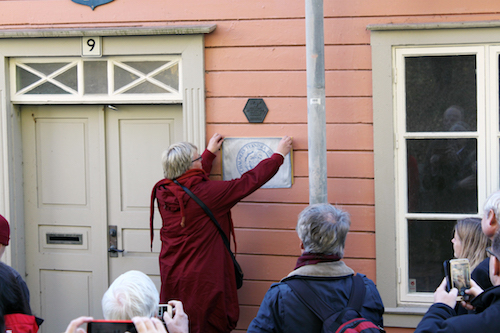 Unveiling of the plaque by the President of the Swedish Physical Society, Anne-Sofie Mårtensson